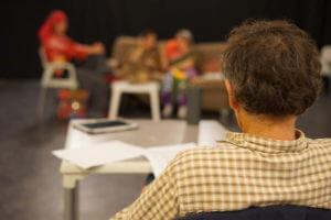 Un metteur en scène de théâtre observe des comédiens
