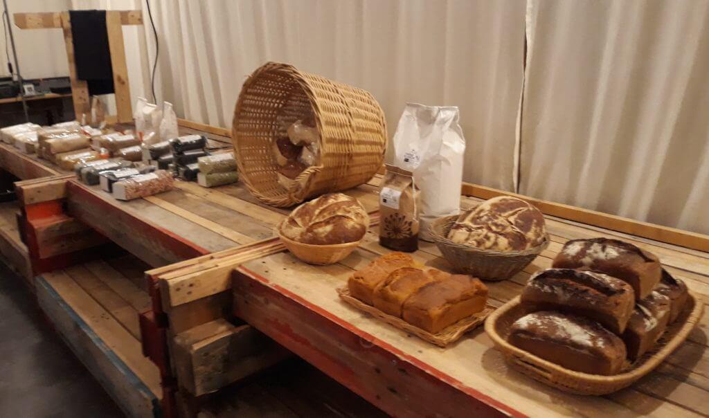 Des produits du P'tit Marché de La Baligande sont exposés sur des palettes